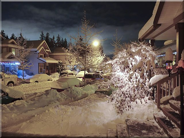 Chrismas Night on My Street (Lumix TZ5, ISO 100, F3.3, 2.5 s)